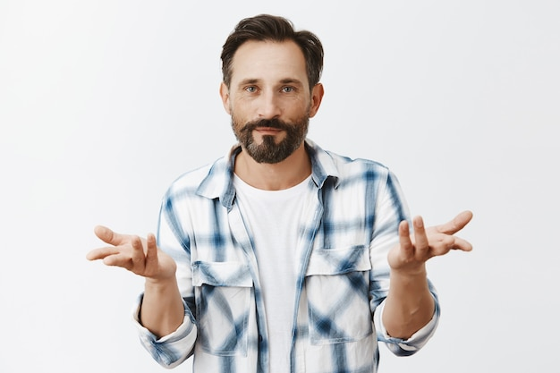 Homme d'âge mûr barbu désemparé posant