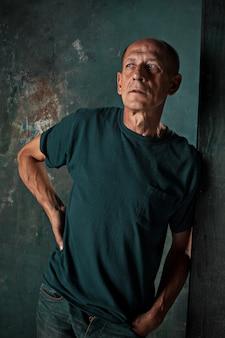 Homme d'âge mûr inquiet debout