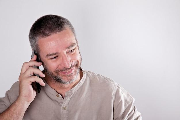 Homme d'âge mûr parlant au téléphone
