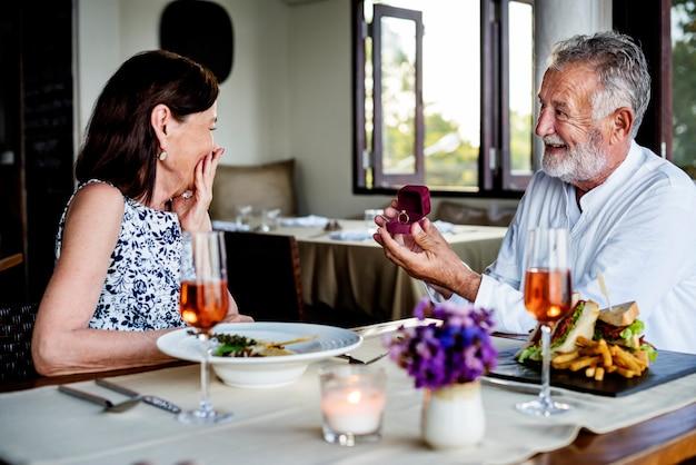 Homme d'âge mûr proposant à une femme