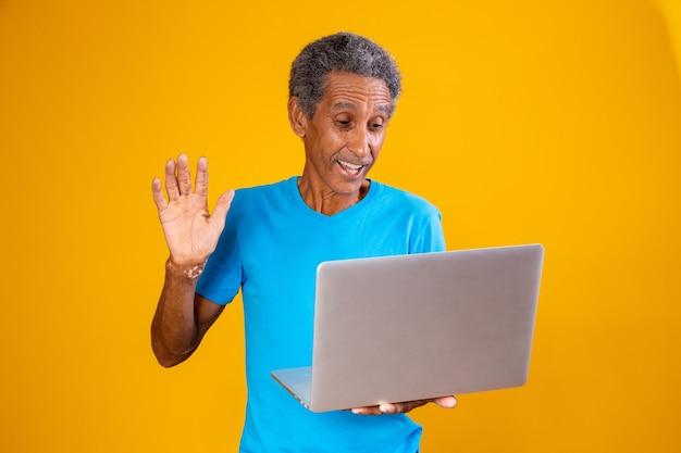 Homme âgé avec ordinateur portable en vidéoconférence