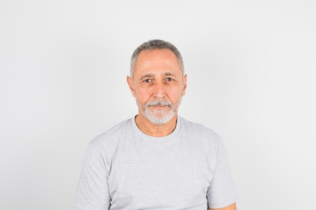Homme âgé en t-shirt