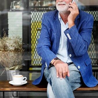 Un homme âgé utilise un téléphone portable