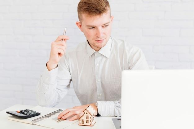 Homme agent immobilier assis au bureau