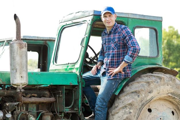 Homme agriculteur conduisant un tracteur à la campagne