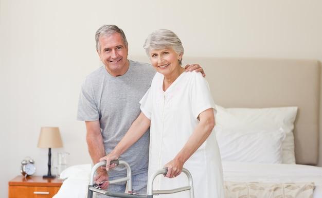 Homme aidant sa femme à marcher