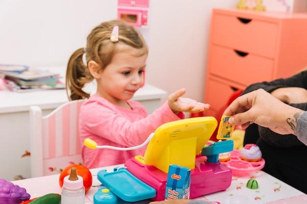Homme aidant sa fille en jouant avec des jouets