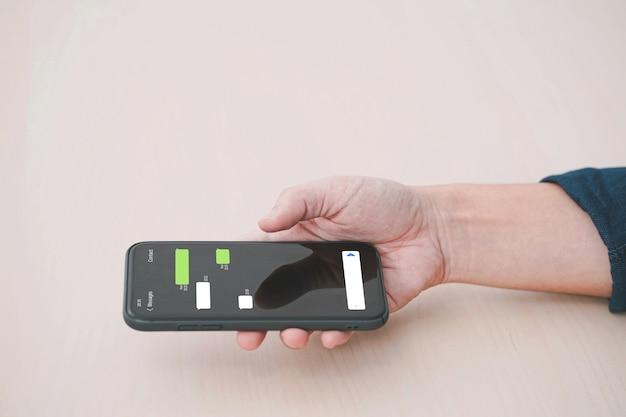 Homme à l'aide de l'application de messagerie instantanée sur téléphone mobile. chat mobile en ligne.