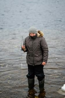 Homme à l'aide d'une canne à pêche pour attraper du poisson