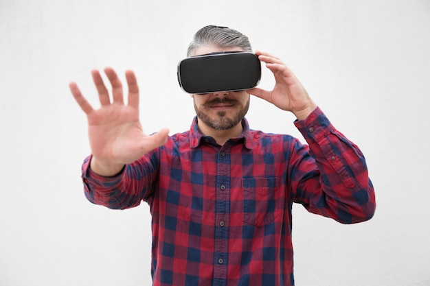 Homme à l'aide d'un casque de réalité virtuelle