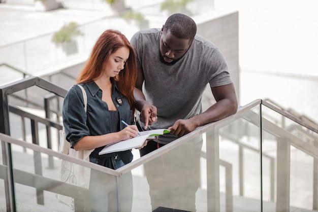L'homme aide la femme avec des papiers