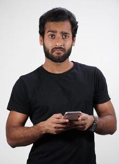 Un homme à l'aide de mobile et pas heureux isolé sur blanc