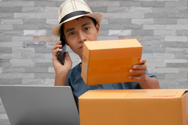 Homme à l'aide d'un smartphone vérifiant la commande d'achat en ligne.