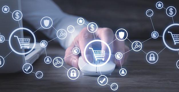 Homme à l'aide de la souris d'ordinateur. shopping en ligne