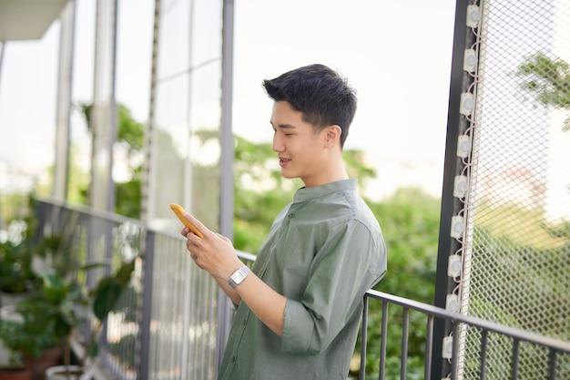 L'homme à l'aide de téléphone mobile sur le jardin sur le toit