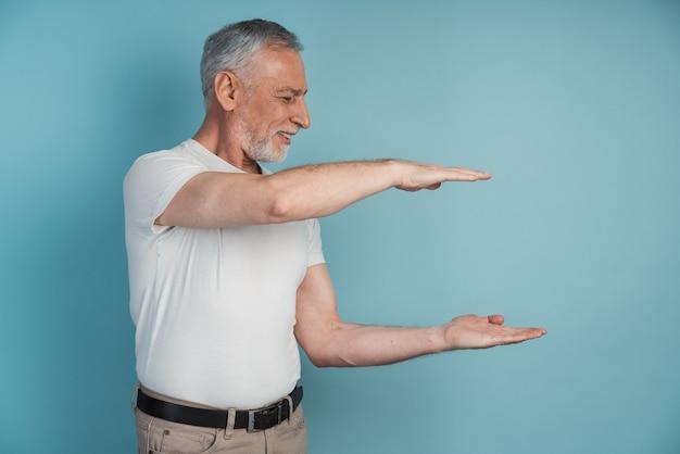 Homme aîné, affichage, à, sien, mains