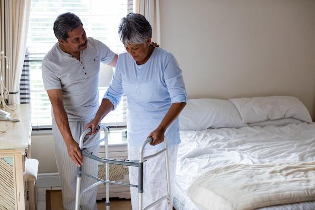 Homme aîné, aider, femme aînée, marcher, à, marcheur