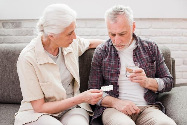 Homme aîné ayant ses médicaments