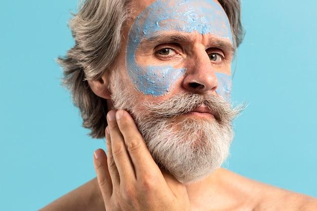 Homme aîné, à, barbe, et, masque facial
