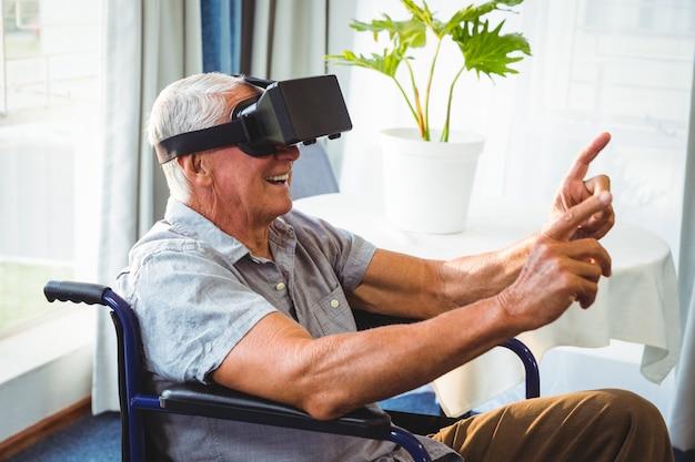 Homme aîné, dans fauteuil roulant, utilisation, a, réalité virtuelle, appareil