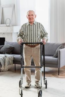 Homme aîné, debout, intérieur