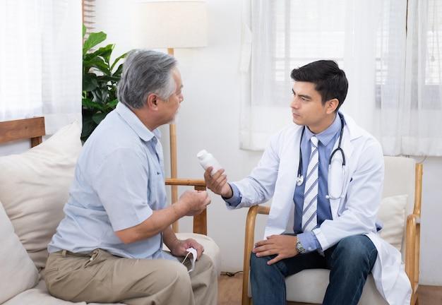 Homme aîné, demander, docteur, sur, indications, et, contre-indications, de, nouveau médicament