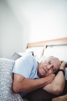 Homme aîné, dormir lit