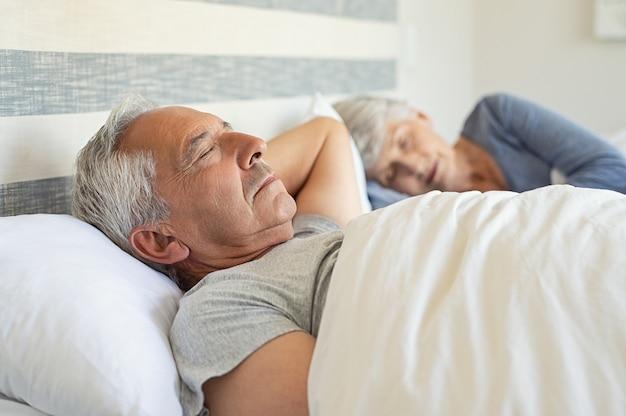 Homme aîné, dormir