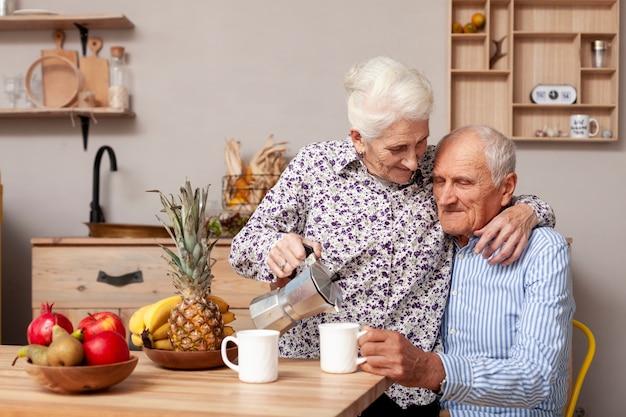 Homme aîné, et, femme, avoir café