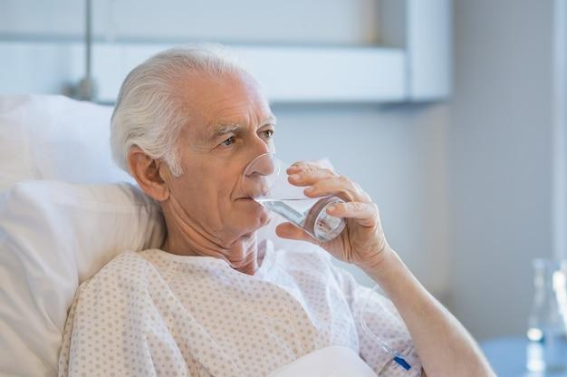 Homme aîné, à, hôpital