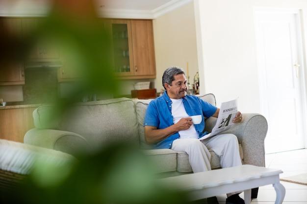 Homme aîné, lecture journal, quoique, avoir café