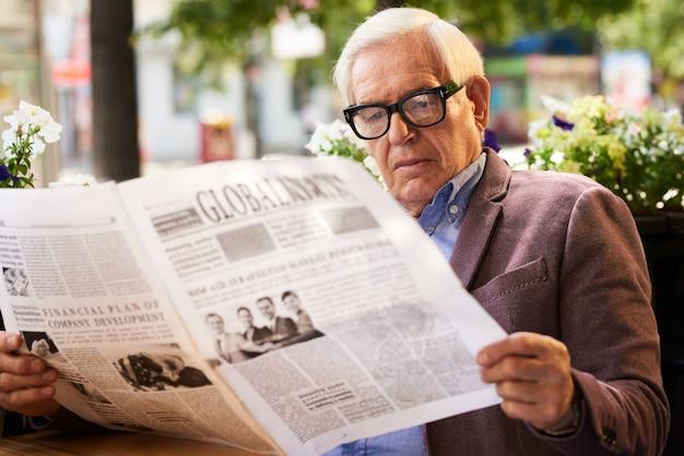 Homme aîné, lecture journal