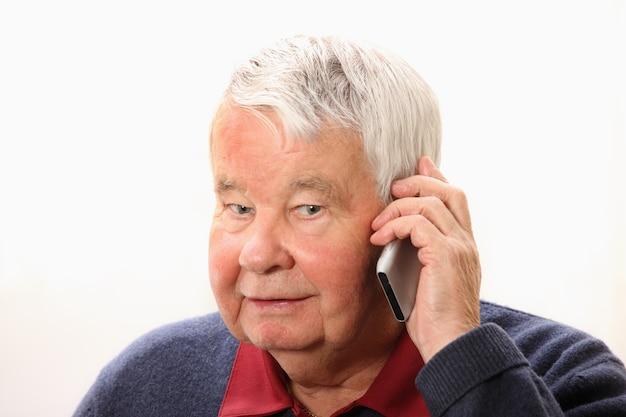 A, homme aîné, parler téléphone, contre, fond blanc