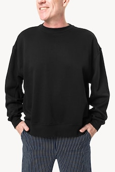 Homme aîné, porter, chandail noir, gros plan