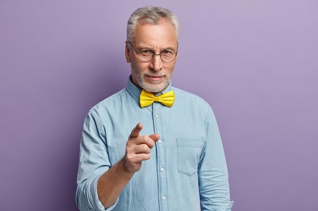 Homme aîné, porter, chemise bleue, et, jaune, nœud papillon