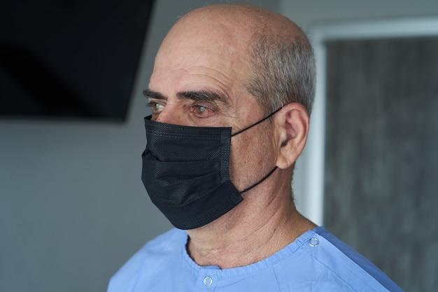 Homme aîné, porter, masque facial, pendant, coronavirus, et, grippe, épidémie