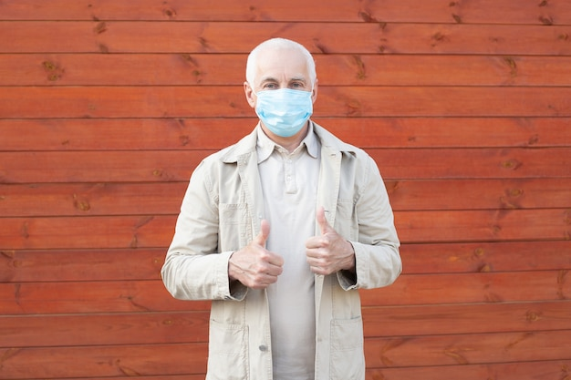 Homme aîné, porter, masque protecteur, coronavirus, maladie, infection, quarantaine, masque médical