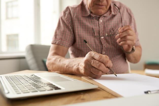 Homme aîné, remplissage, formulaires, chez soi