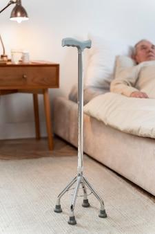 Homme aîné, rester dans lit, chez soi