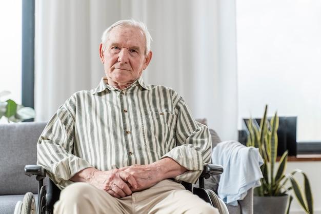 Homme aîné, séance, dans, fauteuil roulant