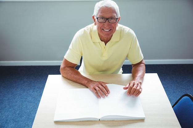 Homme aîné, utilisation, braille, lire