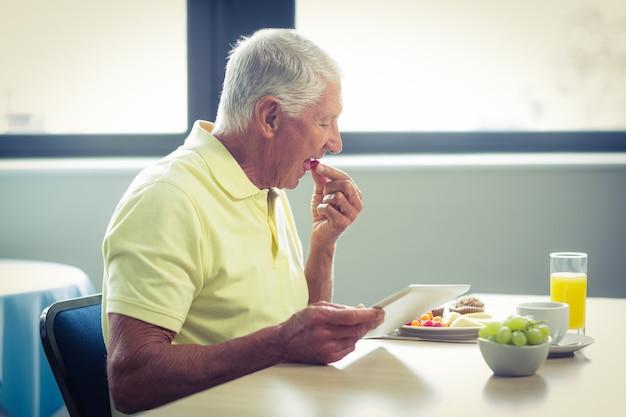 Homme aîné, utilisation, tablette numérique, quoique, avoir, petit déjeuner