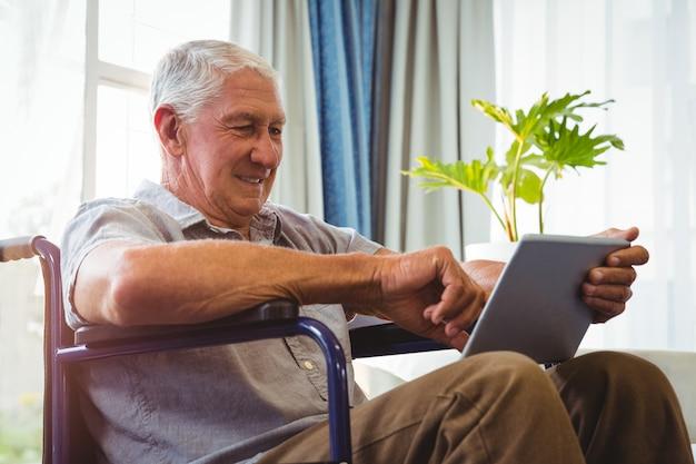Homme aîné, utilisation, a, tablette numérique