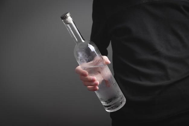 Homme alcoolique caucasien avec de la vodka.