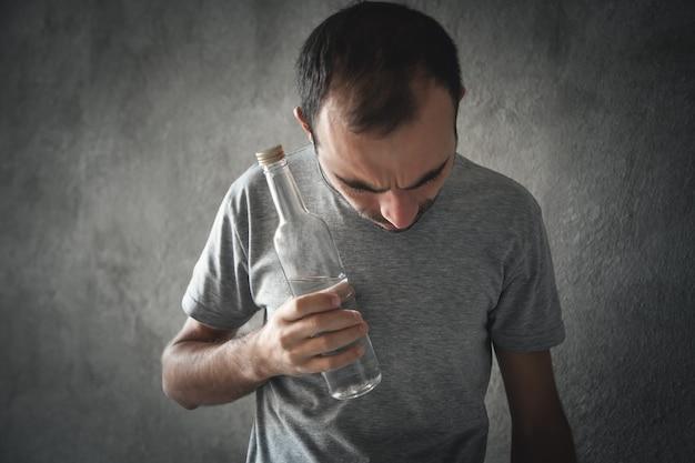 Homme alcoolique caucasien avec de la vodka