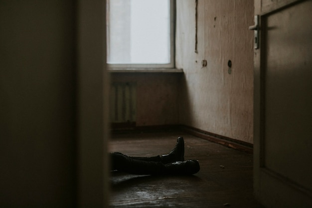 Homme allongé sur le sol d'un appartement vide