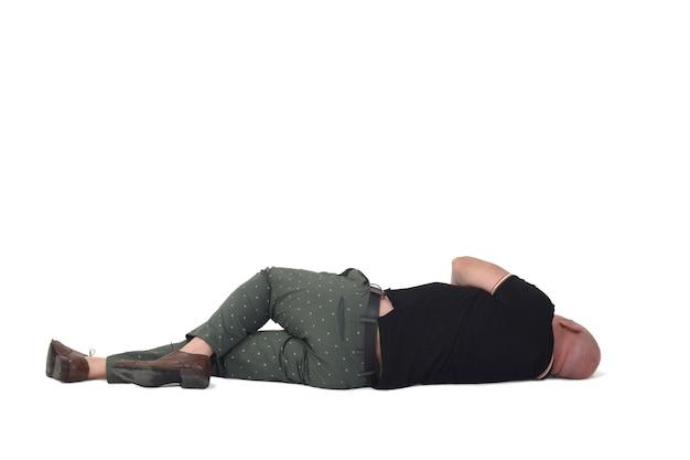 Homme allongé sur le sol sur le côté sur fond blanc