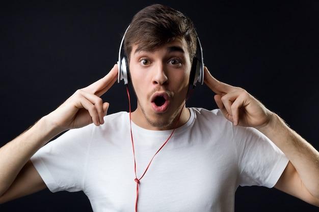 « l'homme amazed écoute de la musique »