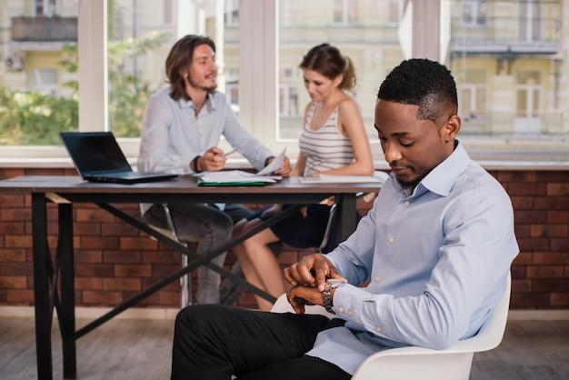 Homme américain africain, attente, pour, entrevue emploi