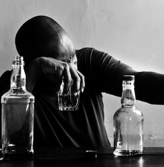 Homme américain africain, boire, alcool